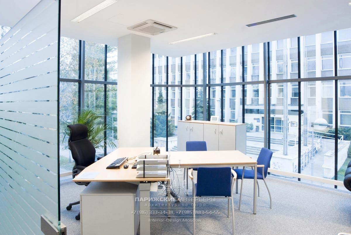 Современный офис со стеклянными стенами и перегородкой