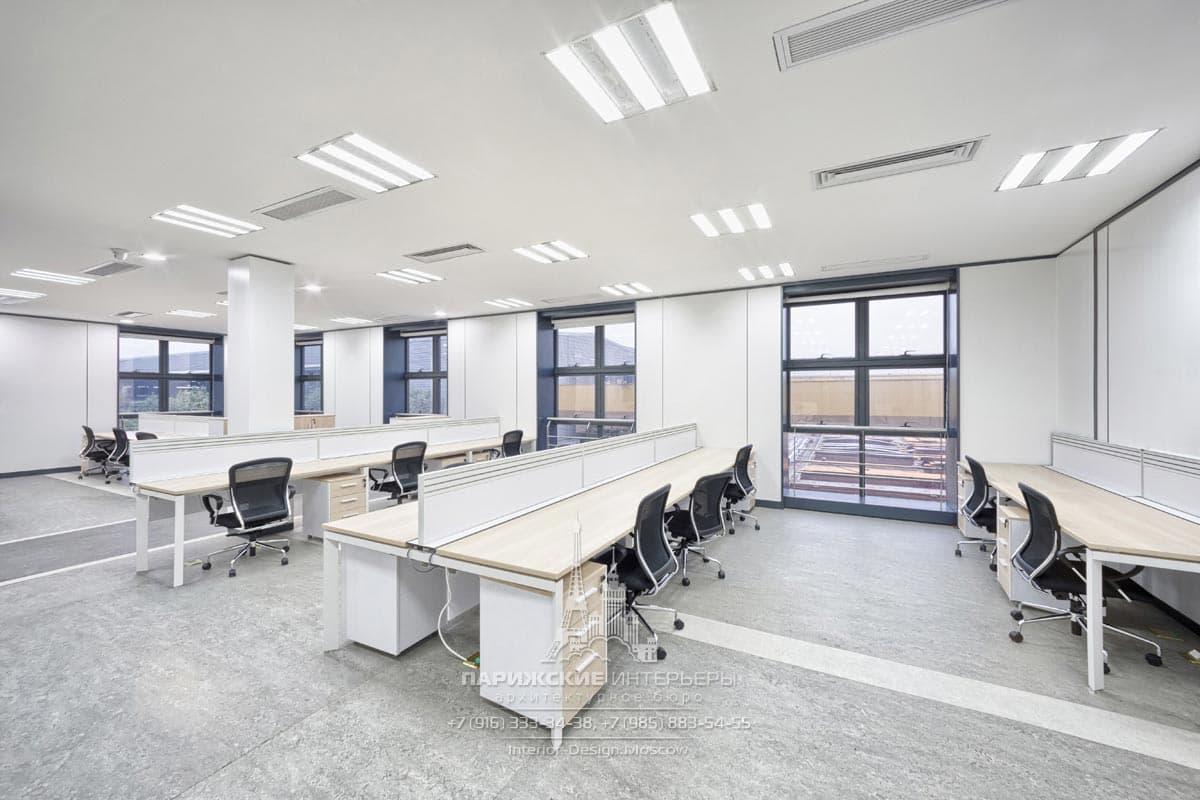 Длинные столы с перегородками в меблировке современного офиса