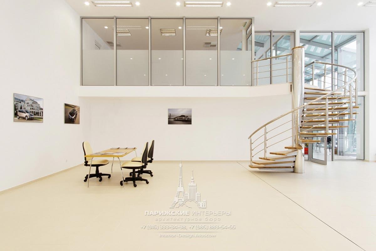 Бежевый офис с современными постерами и лестницей