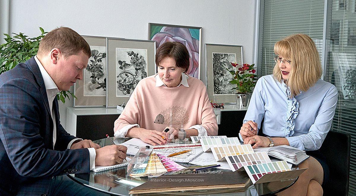 """Беседа с дизайнером в офисе дизайн-студии """"Парижские интерьеры"""""""