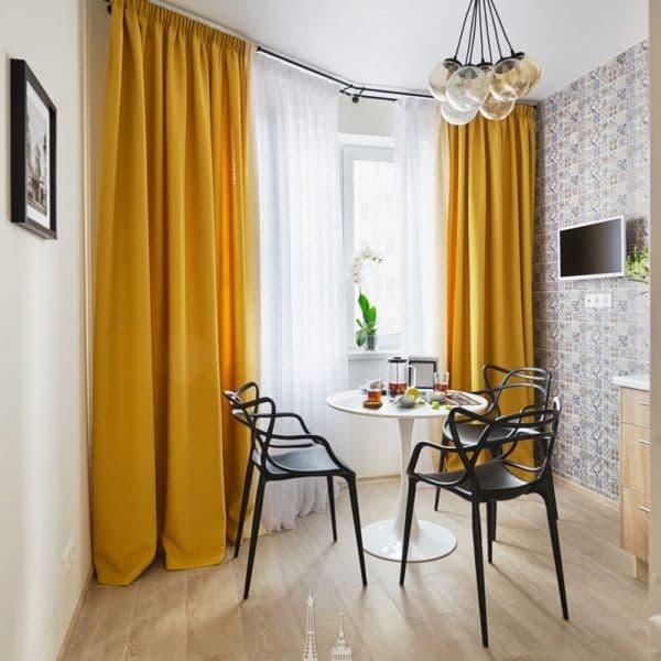 Обеденная зона в интерьере кухни в парижском стиле