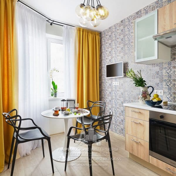 Кухня с охристыми шторами после ремонта по дизайн-проекту