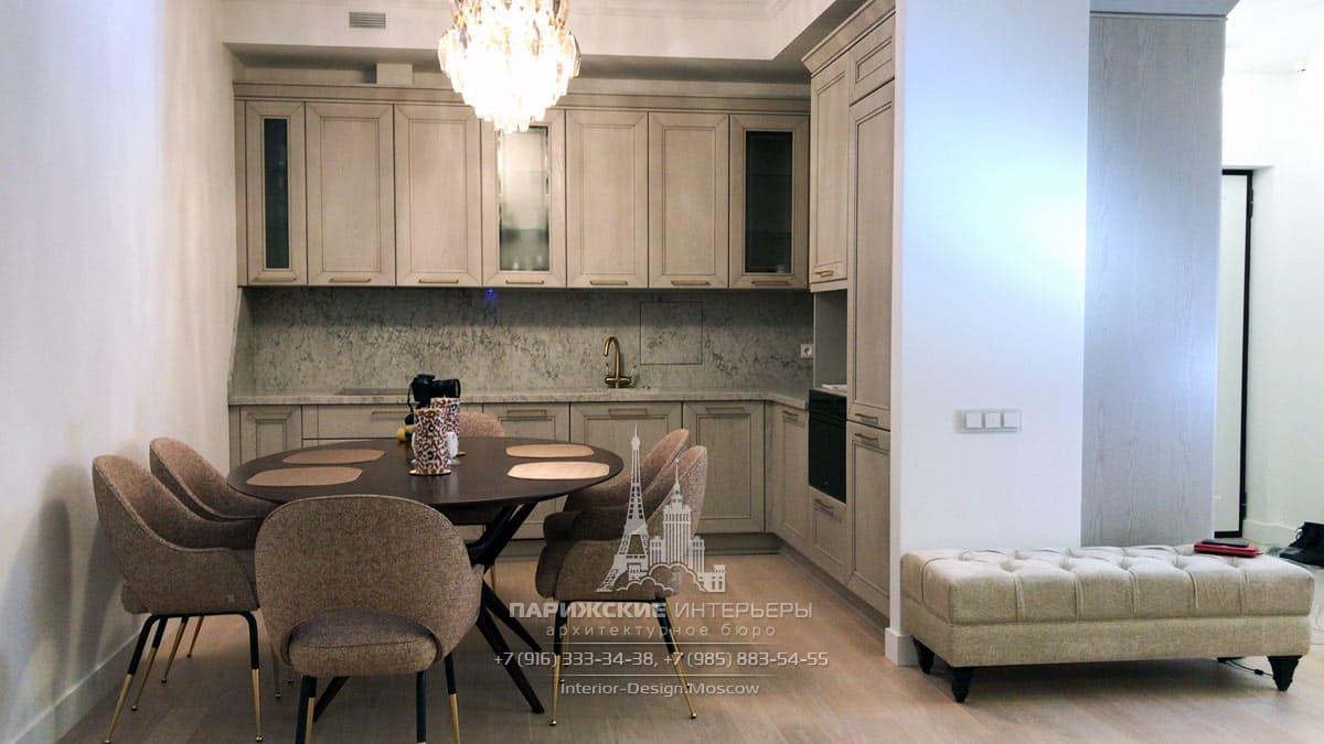 Зона столовой со встроенной кухней и обеденным столом