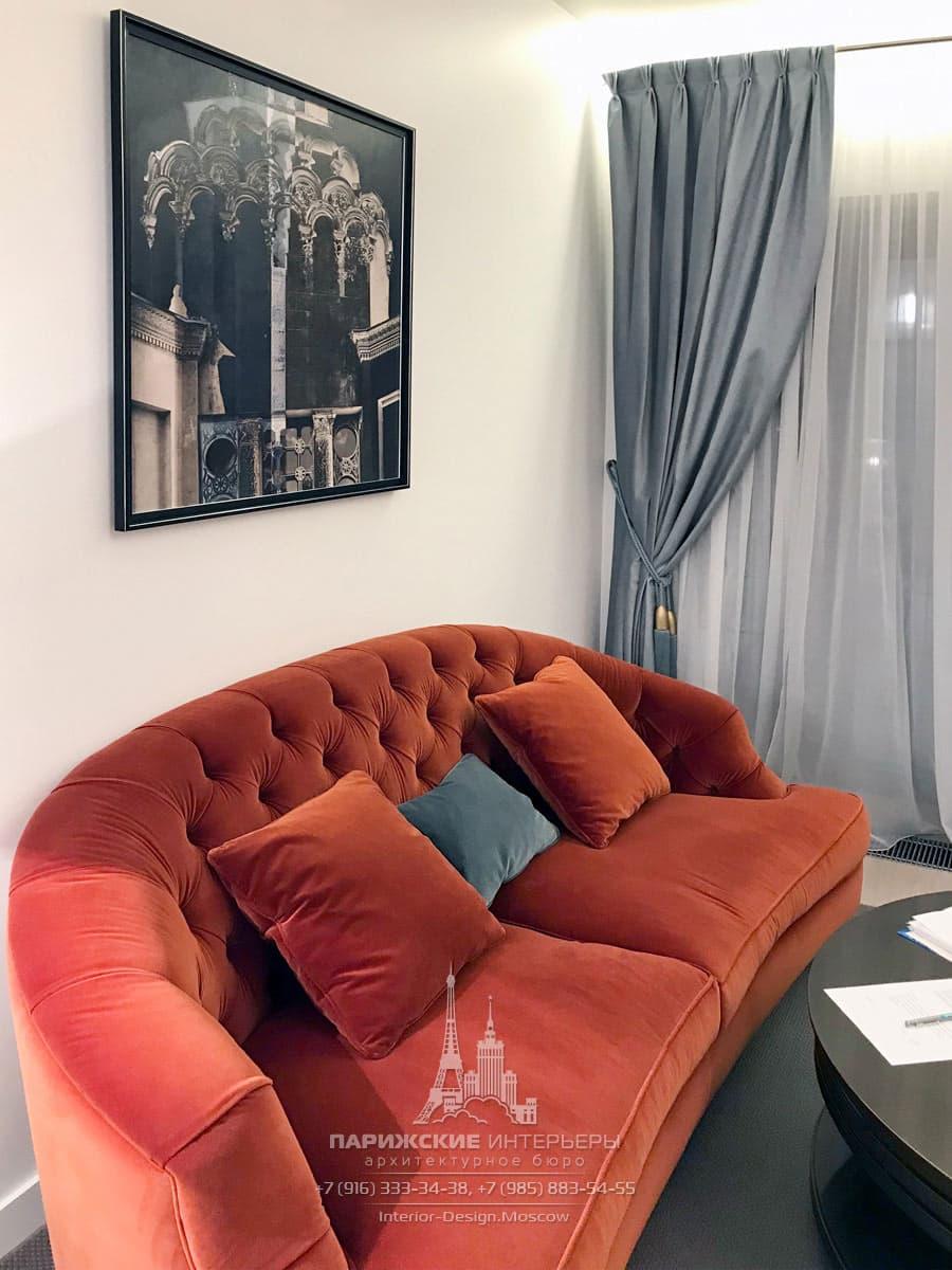 Яркие акценты в гостиной в парижском стиле