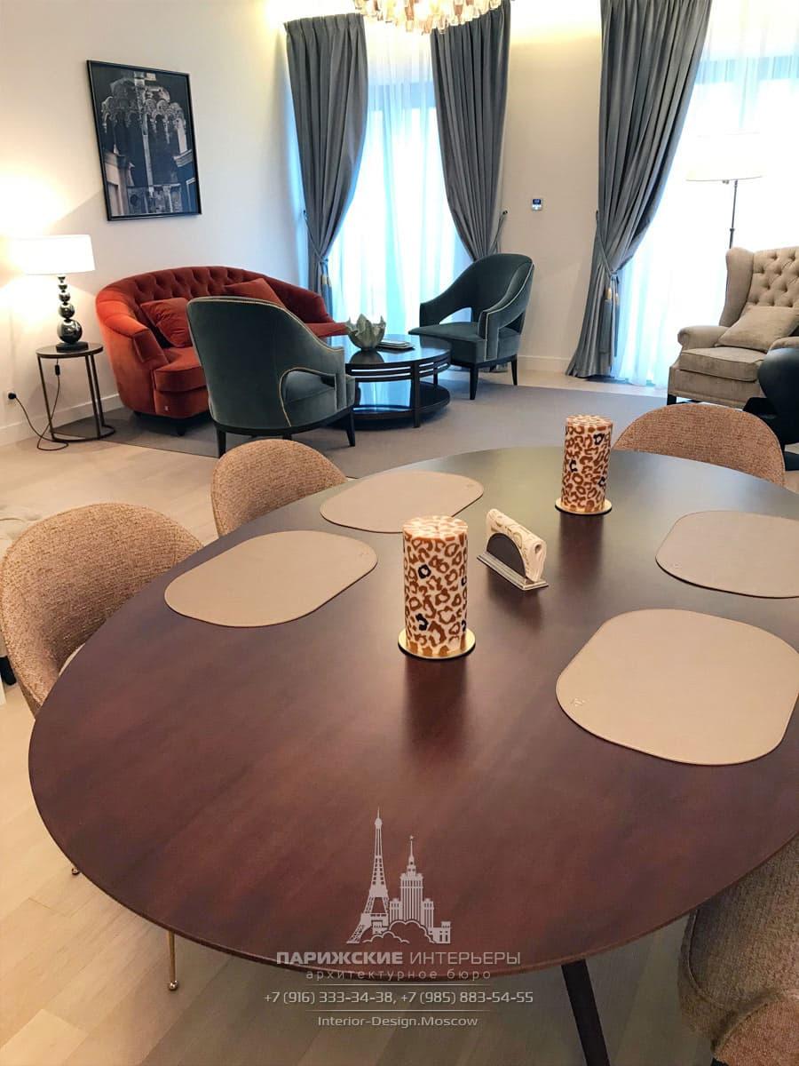 Просторная гостиная с зоной отдыха, столовой и кухней