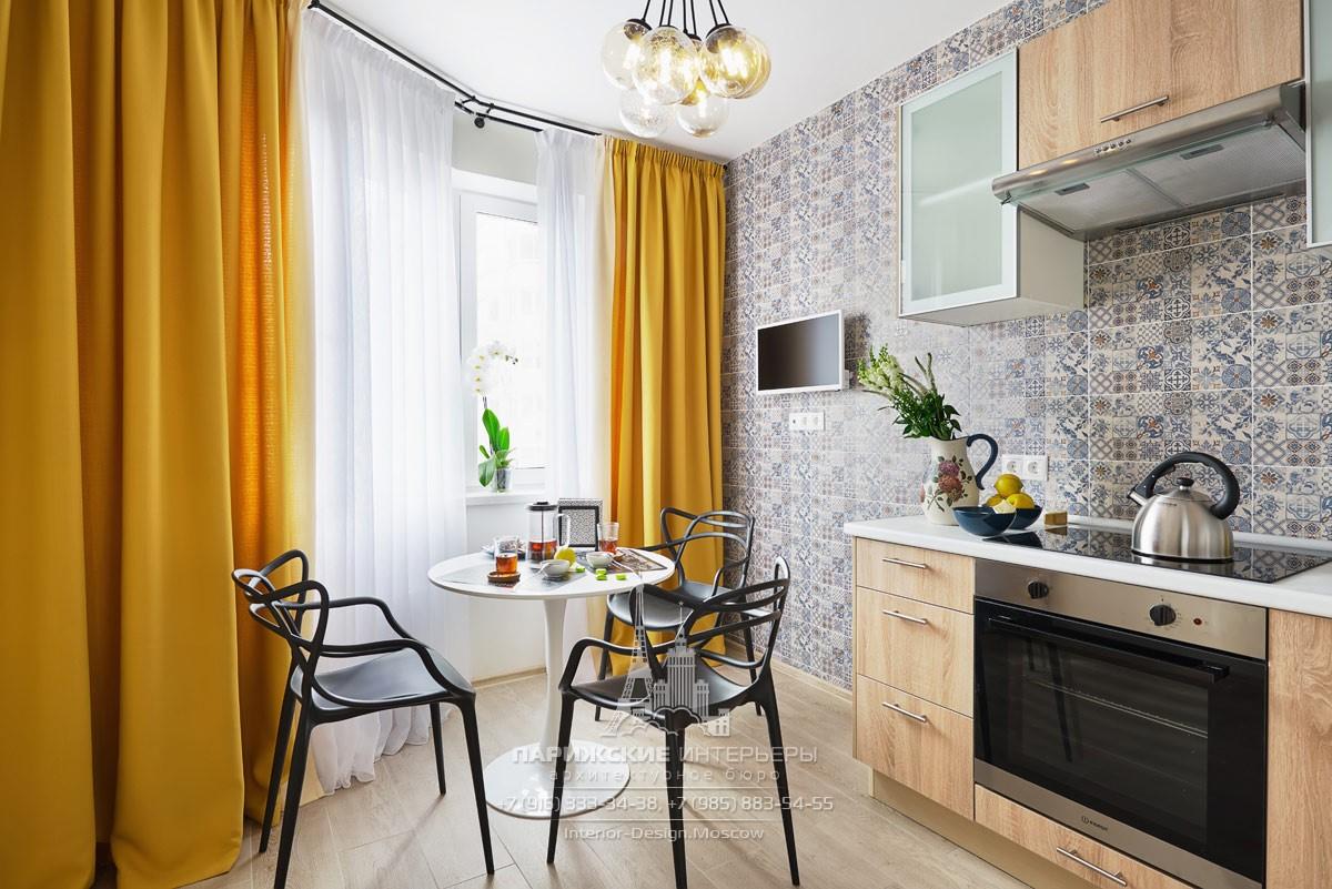 Дизайн кухни в светлых тонах с горчичными акцентами