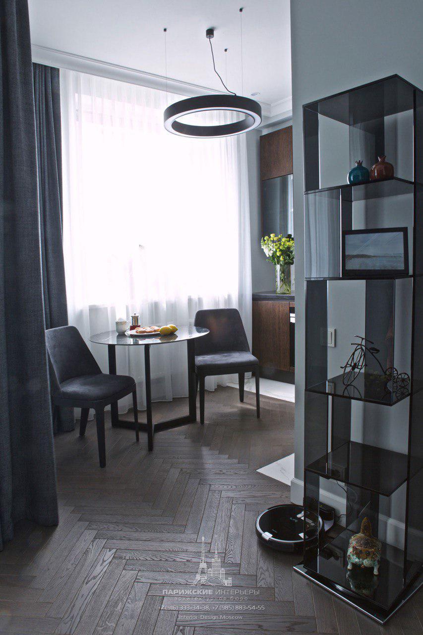 Лаконичные модные шторы в дизайне кухни-гостиной