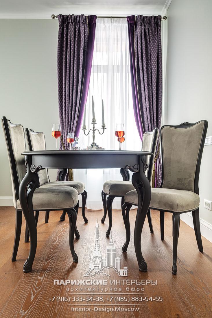 Обеденный стол и лавандовые шторы с подхватами в интерьере неоклассической гостиной