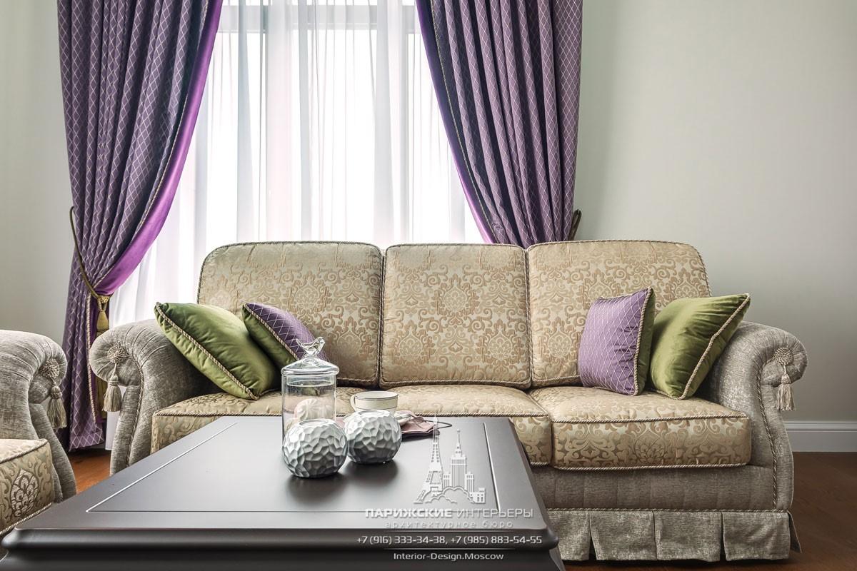 Противоположные цвета: фиолетовый и зеленый в интерьере гостиной