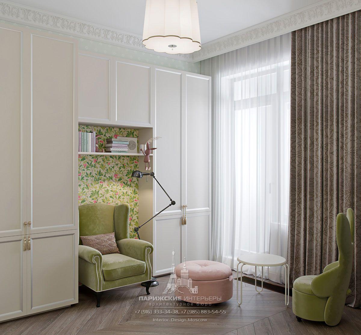Дизайн интерьера детской комнаты в светлых тонах с яркими креслами