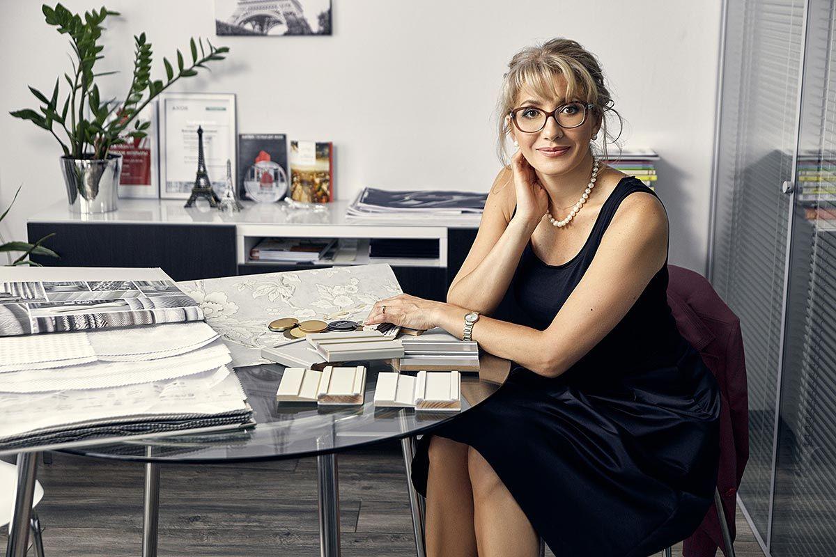 Дизайнер Виктория Харахашян в офисе АБ «Парижские интерьеры»